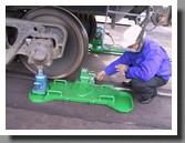 колесотокарное устройство 1AK200 установлено под колесом вагона