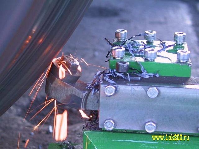 устранения остроконечного наката гребня портативным колесотокарным станком 1AK200